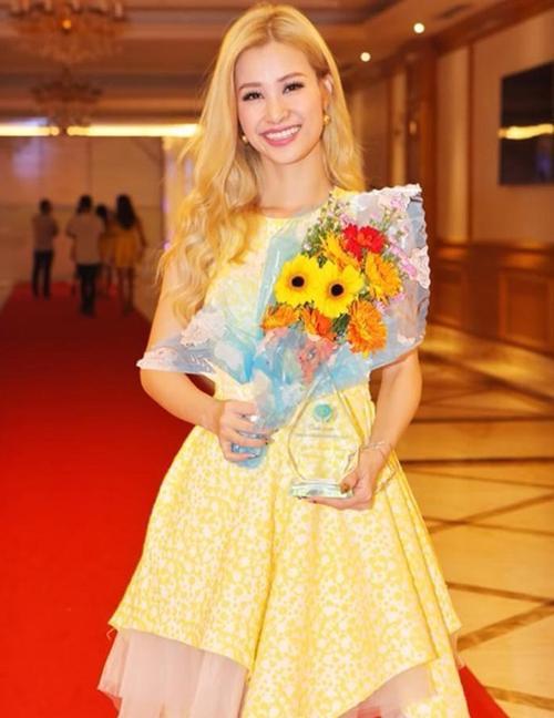 Bó hoa từ thiện đang cầm trên tay Đông Nhi luôn trân trọng.