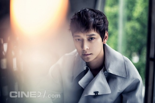 """Kang Dong Won là nam diễn viên trẻ hiếm hoi lọt vào """"câu lạc bộ 10 triệu khán giả"""" của điện ảnh Hàn. Ở tuổi 34, Kang Dong Won sở hữu loạt phim ăn khách như Jeon Woo-chi, Secret Reunion, Kundo: Age of the Rampant, Haunters  … mới đây nhất là The Priests. Với khán giả, nam diễn viên có gương mặt hiền lành còn được gọi là """"người tình màn bạc"""" của Song Hye Kyo bởi 2 lần hợp tác với người đẹp trong Camellia và My Brilliant Life. Trong giới giải trí, Kang Dong Won được biết tới là diễn viên nam thích sống lặng lẽ, hiếm khi lộ diện trong các sự kiện của showbiz. Nhờ tài năng và tính khiêm nhường, Kang Dong Won được nhiều người đẹp showbiz lựa chọn là mẫu bạn trai lý tưởng."""