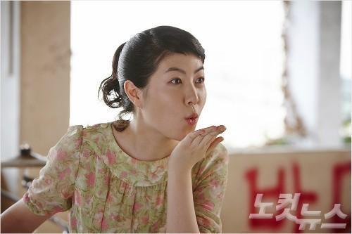 Nữ diễn viên tài năng Shim Eun Kyung cũng chọn tài tử 34 tuổi là mẫu bạn trai cô muốn hướng đến. Đáp lại đàn em, Kang Dong Won gửi lời cám ơn và cũng hy vọng có dịp hợp tác với cô.