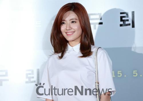 Người đẹp Nam Ji Hyun có dày dặn kinh nghiệm đóng phim cũng muốn một lần được kết đôi với đàn anh trên màn ảnh. Theo Nam Ji Hyun, Kang Dong Won có một sức hút mãnh liệt.
