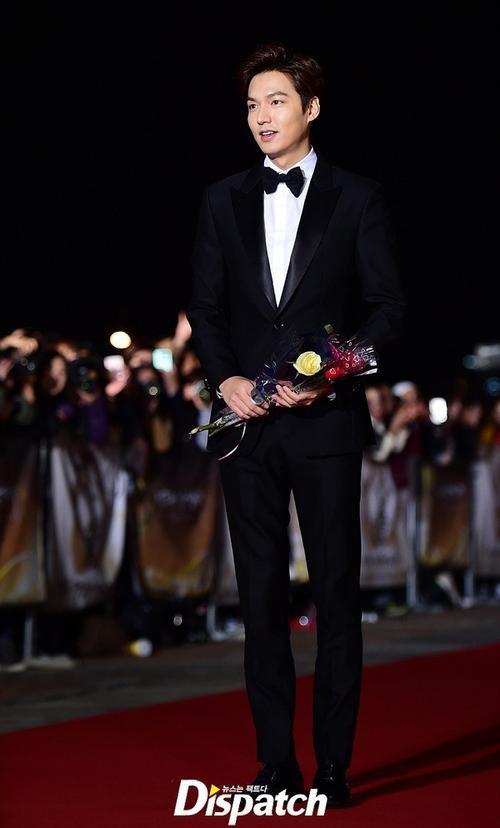Giải thưởng Chuông vàng Grand Bell Awards (Daejong Film Awards) lần thứ 52 vừa diễn ra tại hội trường của đài KBS ở Yeouido, Seoul với sự tham gia của nhiều nghệ sĩ. Grand Bell Awards có lịch sử lâu đời và được coi là Oscar của Hàn Quốc, quy tụ những gương mặt đình đám trong làng phim ảnh xứ kim chi. Trong số các diễn viên tới dự có mỹ nam Người thừa kế Lee Min Ho.