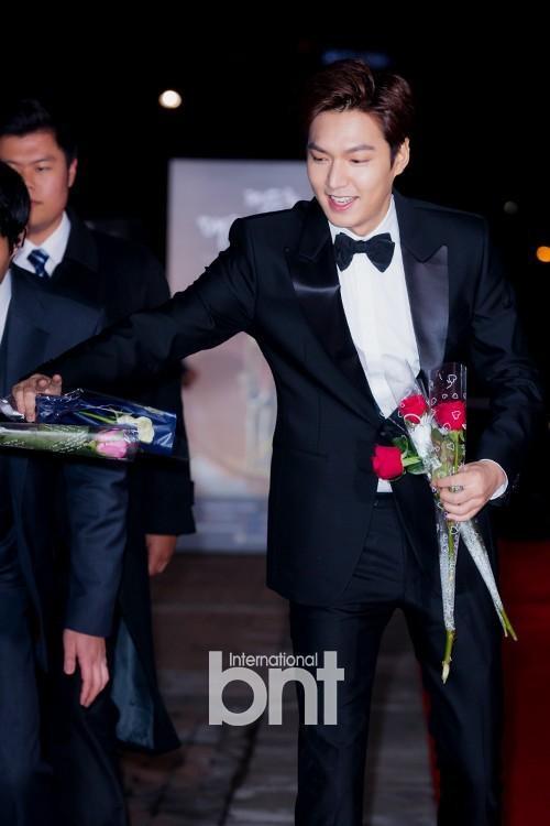 Như mọi khi, nam diễn viên 28 tuổi xuất hiện với bộ suit bảnh bao cùng nụ cười thường trực. Lee min Ho được đề cử ở hạng mục Nam diễn viên mới xuất sắc nhất cho vai diễn trong bộ phim Gangnam Blues.