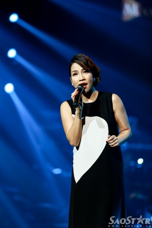 Mỹ Linh trở lại sân khấu với liên khúc Trưa vắng - Em mơ về anh. Nữ ca sĩ đầy duyên dáng khi diện bộ đầm dài xẻ tà màu trắng đen.