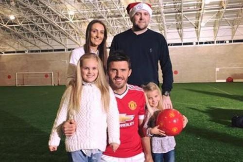 Tom cùng vợ và hai con bên thần tượng Carrick mà anh yêu mến.