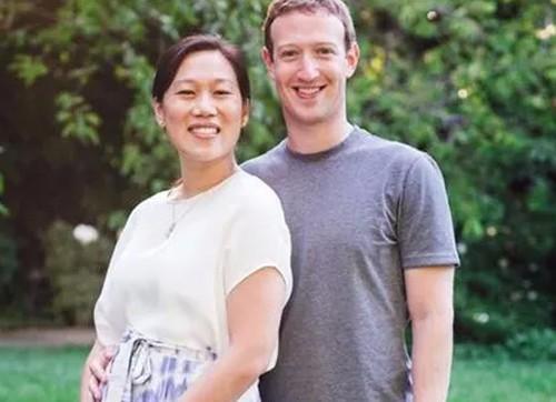 CEO Facebook bên cạnh vợ.