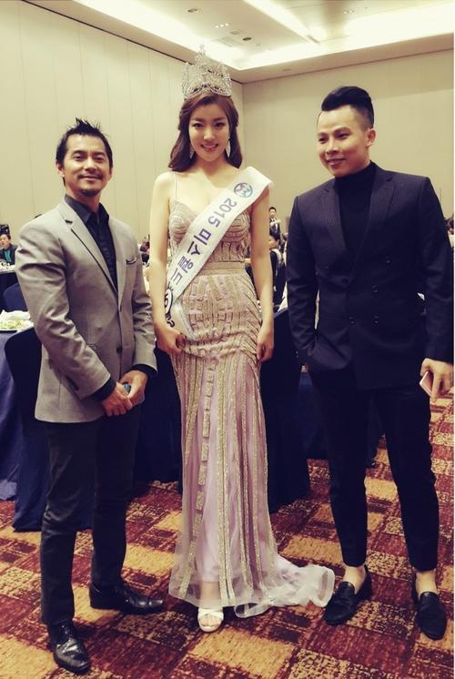 Tân hoa hậu chụp ảnh lưu niệm Vũ Khắc Tiệp và Tommy Hoàng - thành viên ban giám khảo, con trai tỷ phú Mỹ Hoàng Kiều.