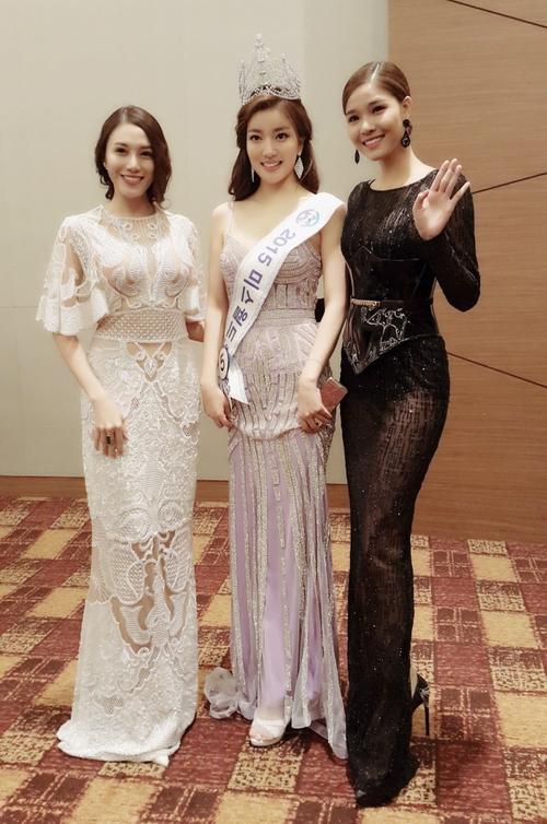 """Sau đêm thi, Lê Hà cùng Kỳ Hân nán lại chụp ảnh lưu niệm cùng người đẹp đoạt vương miện Miss World Korea 2015 - gương mặt sẽ đại diện xứ sở kim chi """"chinh chiến"""" tại đấu trường Miss World 2016."""