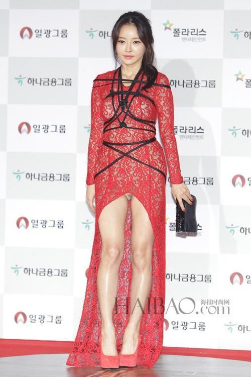 Han Se Ah với chiếc váy xẻ cao, chằng chịt quấn dây trên thảm đỏ. Bộ váy khiến cô bị chê là phản cảm trên thảm đỏ LHP Daejong.