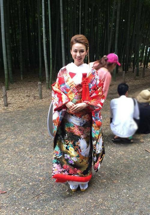 Ngân Khánh cũng có dịp diện kimono gấm lụa trong một lần đi quay ở Nhật Bản.