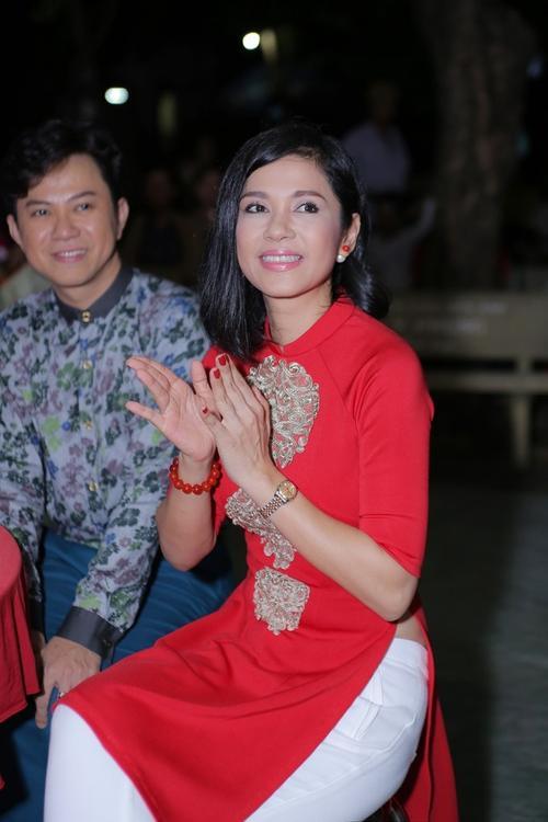 Việt Trinh chăm chú xem các nghệ sĩ biểu diễn