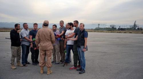 Phi công Nga sống sót sau vụ Su-24 bị bắn rơi trả lời báo chí tại căn cứ không quân ở Latakia. Ảnh: Sputnik.