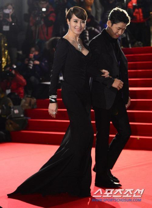 Tối 26/11, giải thưởng điện ảnh Rồng Xanh lần thứ 36 diễn ra tại hội trường đại học Kyung Hee ở Seoul với sự tham gia của nhiều gương mặt đình đám của điện ảnh Hàn Quốc. Minh tinh gợi cảm Kim Hye Soo là ngôi sao quen thuộc ở các sự kiện điện ảnh tầm cỡ. Năm nay, cô đảm nhận vai trò MC, nữ diễn viên diện bộ váy đen, để hở khoảng hở sâu phần cổ.