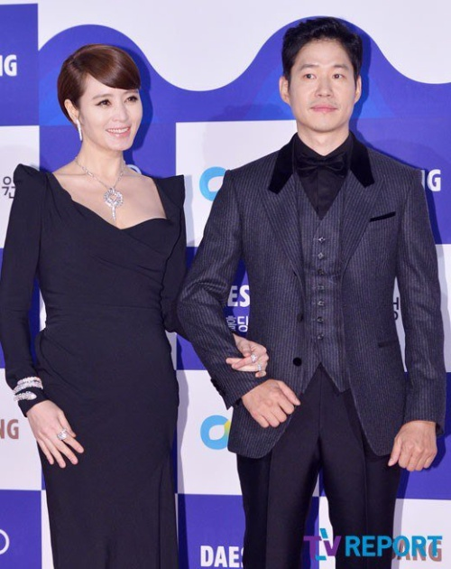 Đi cùng Kim Hye Soo là tài tử Jun Sang Yu cùng dẫn dắt chương trình. Trước vẻ gợi cảm của đồng nghiệp xinh đẹp, Jun Sang Yu hướng mắt nhìn về phía trước, hiếm khi đối diện với Kim Hye Soo.