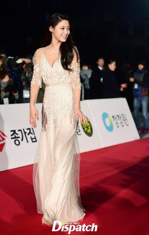 Một kiều nữ khác khiến báo giới chú ý không kém chính là Kim Seolhyun - thành viên nhóm nhạc thần tượng AOA. Thời gian gần đây, Kim Seolhyun nổi lên nhờ gương mặt xinh xắn và thân hình gợi cảm. Kiều nữ  đến dự với tư cách là diễn viên của bộ phim Gangnam Blues tham gia tranh giải năm nay.