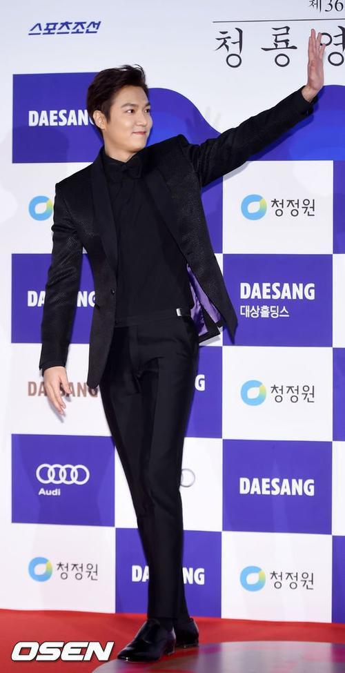 Anh trai màn ảnh của Seolhyun là mỹ nam Lee Min Ho cũng tới dự. Nam diễn viên liên tục giơ tay chào người hâm mộ.