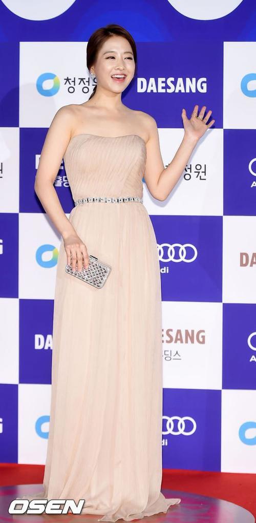 Mỹ nhân Park Bo Young trung thành với phong cách thời trang an toàn, chỉ để hở vai.