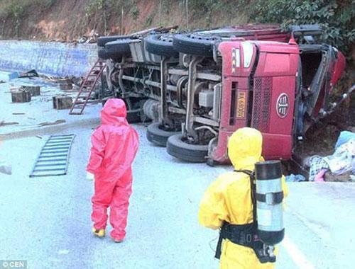 Chiếc xe tải chở ong bị lật trên tuyến đường quốc lộ qua địa phận thành phố Lâm Thương.
