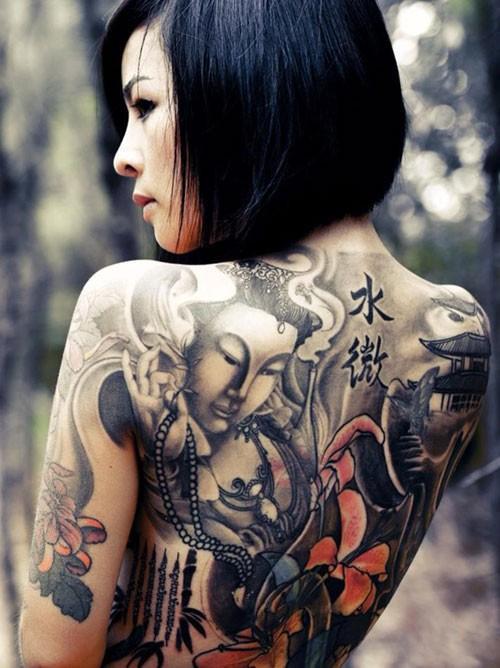 """Cơ thể Nguyễn Vi Thúy (29 tuổi, nữ thợ xăm) lại bao phủ với hình ảnh Phật Bà và phong cảnh non nước. Vi Thúy giải thích họa tiết trên lưng: """"Hình ảnh Phật mang ý nghĩa tâm linh với mình. Bản thân Thúy cũng là người thờ và hợp với Phật Bà"""". Để hoàn thiện bức tranh này, cô mất khá nhiều thời gian. Ảnh: Zing.vn."""