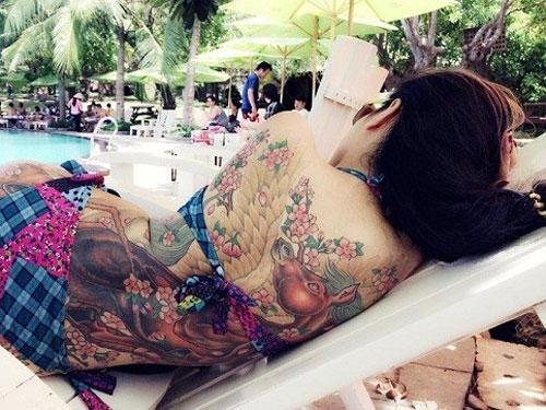 Nguyễn Thị Phương Anh (28 tuổi, Hải Phòng) cũng nổi tiếng trên mạng nhờ những hình xăm khủng trên cơ thể.