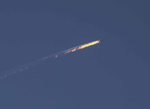 Máy bay Nga bốc cháy khi bị Thổ Nhĩ Kỳ bắn hạ.