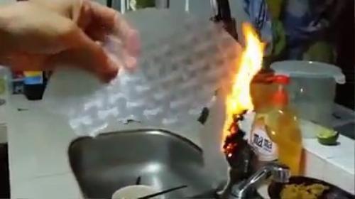 Kinh hoàng Bánh Tráng làm bằng nhựa của Trung Quốc giả thương hiệu Việt Nam - YouTube (360p).00_00_21_18.Still001