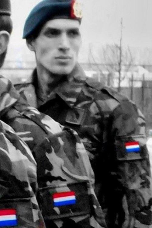 Yilmaz trước đây khi tham gia quân đội Hoàng gia Hà Lan.