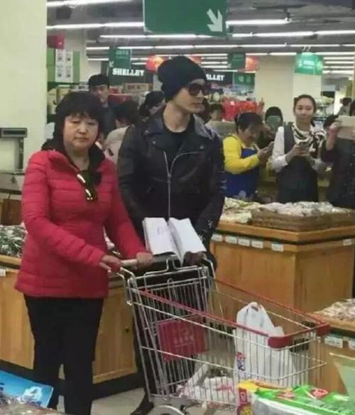 Sau đó rẽ vào siêu thị. Ở đây cũng có nhiều người chụp ảnh vì thấy Huỳnh Hiểu Minh.