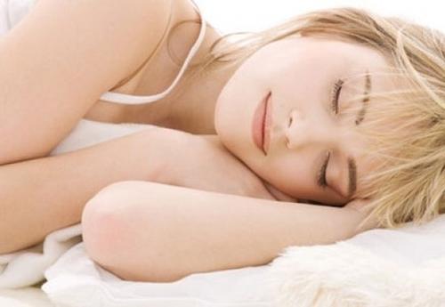 Ngủ đủ từ 7-8h mỗi ngày giúp cơ thể của bạn có thời gian để nghỉ ngơi và hồi phục