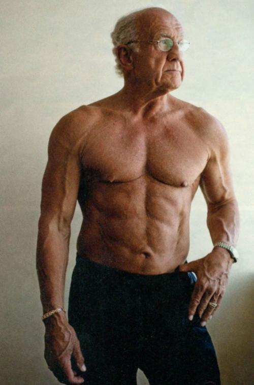 Jeffry Life năm 72 tuổi. Hiện cụ vẫn giữ được phong độ khi ở tuổi 77.
