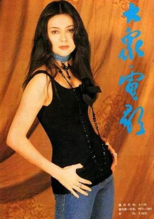 Quan Chi Lâm sinh năm 1962 ở Hong Kong, trong gia đình có bố mẹ đều làm nghề điện ảnh. Tốt nghiệp trung học, cô gia nhập công ty phim, bắt đầu sự nghiệp. Cô được ca tụng là một trong Tứ đại mỹ nhân màn ảnh xứ Cảng thơm.