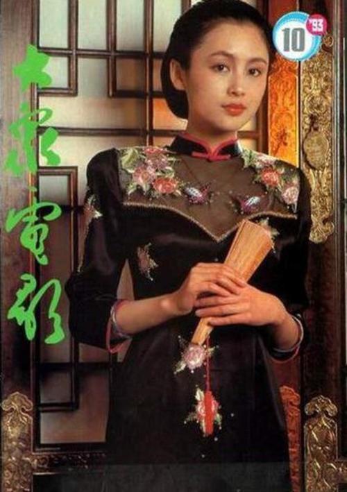 Trần Hồng sinh ngày 13/12/1968 tại Giang Tây (Trung Quốc).  Gương mặt trong sáng, làn da thanh tân, Trần Hồng là một đóa hoa đẹp trong làng điện ảnh Hoa ngữ. Cô hiện sống với đạo diễn Trần Khải Ca.