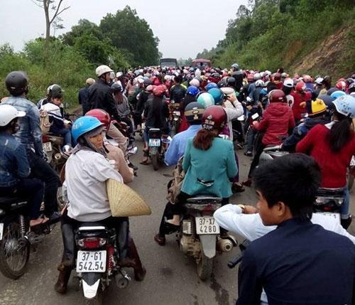 Hàng ngàn người đổ về khiến đoạn đường nhỏ hẹp bị ách tắc hàng giờ đồng hồ - (Ảnh: songlamplus).