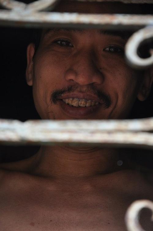 Con trai ông, anh Luyến trần truồng trong phòng được khóa kín.