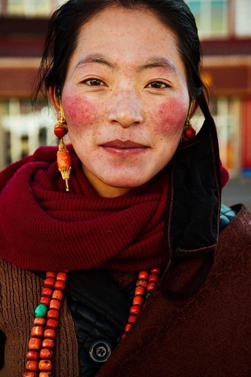 Qua bộ ảnh này, Mihaela muốn gửi tới một góc nhìn về vẻ đẹp đa dạng của những người phụ nữ trên thế giới. Bức ảnh chụp một cô gái Tây Tạng.