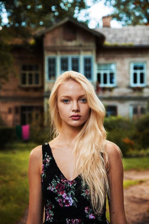 """""""Xu hướng toàn cầu hóa khiến chúng ta nhìn và hành động khá giống nhau.  Nhưng chúng ta lại có những vẻ đẹp khác biệt. Dù sao đi nữa, việc cảm nhận vẻ đẹp đó nằm trong ánh mắt của từng người khác nhau"""". Bức ảnh cô gái tóc vàng này được chụp tại Riga, thuộc khu vực biển Baltic của Latvia."""