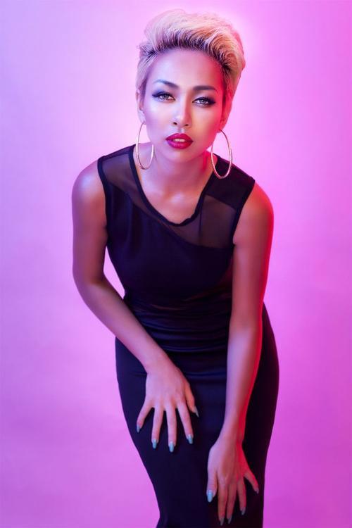 """Vốn là người phụ nữ mạnh mẽ, cá tính, Thảo Trang bây giờ lại khiến khán giả bất ngờ bởi sự đằm thắm, điềm tĩnh hơn trong mọi việc. Cô không chỉ """"chín muồi"""" hơn về giọng hát mà còn già dặn hơn trong đời sống thường nhật - không còn là một cô nàng ngổ ngáo, bất cần."""