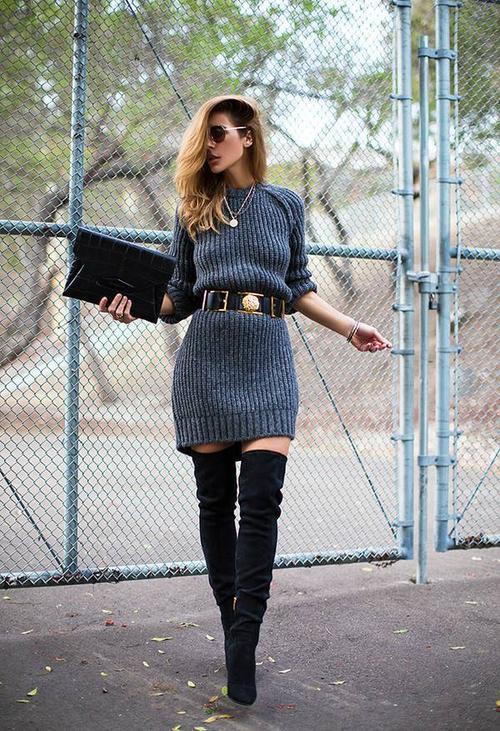 Váy len dày kết hợp cùng boots da lộn là một gợi ý bạn có thể cân nhắc.