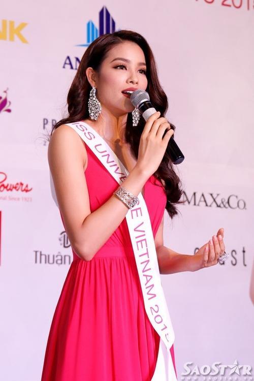 Phạm Hương giải đáp nhiều câu hỏi hóc búa của giới truyền thông.