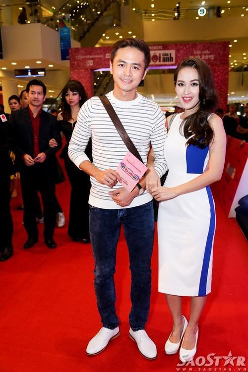 Đôi vợ chồng son Văn Anh - Tú Vi tay trong tay đến dự buổi công chiếu.