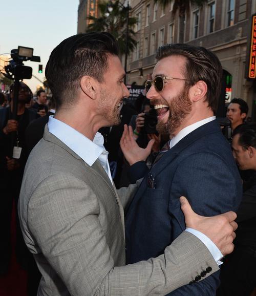 Tuy thời gian đóng chung không nhiều nhưng hai nam diễn viên Frank Grillo (Brock Rumlow) và Chris Evans tỏ ra khá thân thiết.