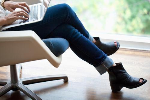 Ngồi chéo chân tạo áp lực lên khớp và mạch máu