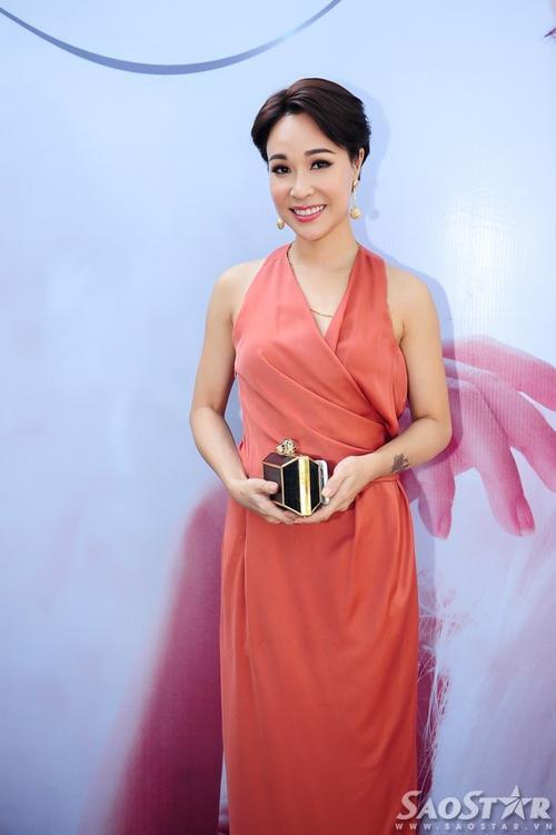 """Ca sĩ Uyên Linh đến chúc mừng """"đàn chị"""" thân thiết."""