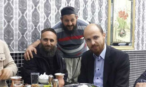 Bức ảnh Bilal Erdogan, con trai của Tổng thống Thổ Nhĩ Kỳ (ngoài cùng bên phải), chụp cùng anh em Kember khiến anh bị cáo buộc là có quan hệ làm ăn với IS. Ảnh: RT