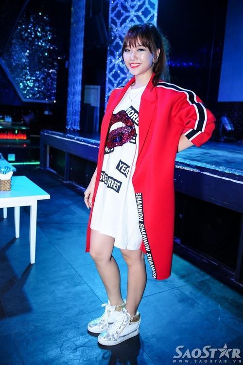 """""""Một nửa"""" của rapper Đinh Tiến Đạt diện chiếc đầm trắng có họa tiết, áo khoác đỏ cá tính cùng phụ kiện ăn nhập."""