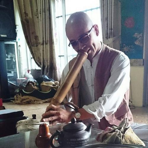 """Sư Thích Minh Thịnh hút thuốc lào sòng sọc và phát ngôn """"vô cùng sốc"""" trong cuộc đối thoại với chúng tôi."""