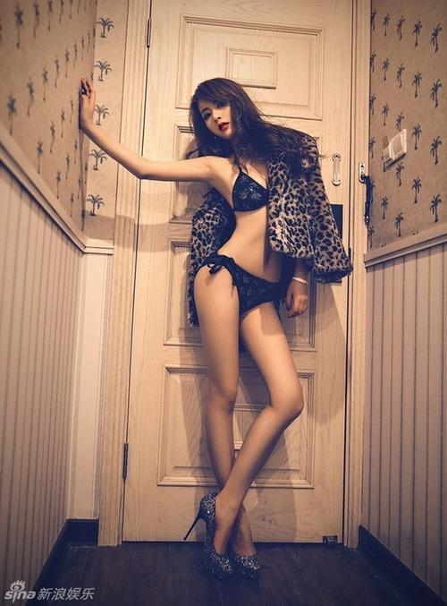 Những hình ảnh quảng cáo của cô được đăng tải thu hút sự chú ý và bình luận