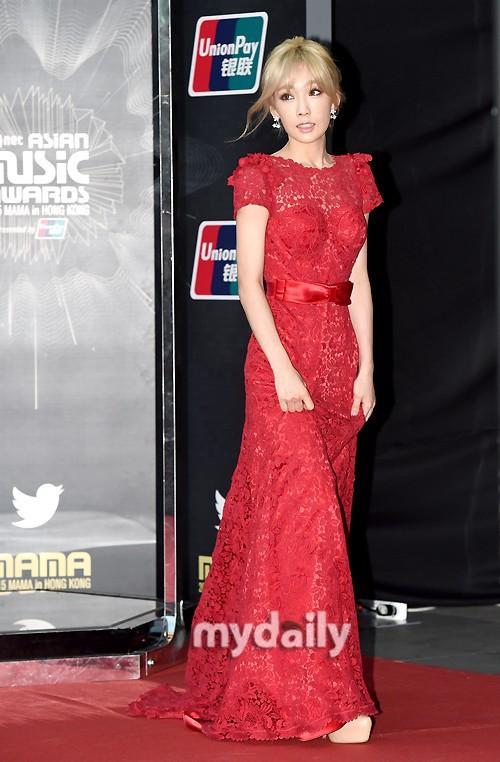 Taeyeon xinh như công chúa trong bộ váy ren đỏ rực rỡ, khoe lưng gợi cảm. Trưởng nhóm SNSD vừa có một năm bận rộn với các hoạt động cùng nhóm cũng như solo.