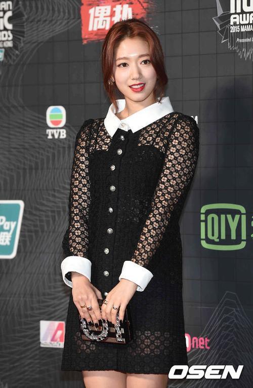 Park Shin Hye khoe dáng thon gọn trong bộ váy đắp ren.