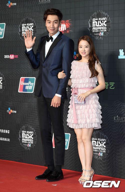 Lee Kwang Soo của Running Man lấn át chiều cao của bạn đồng hành nữ Park Bo Young.