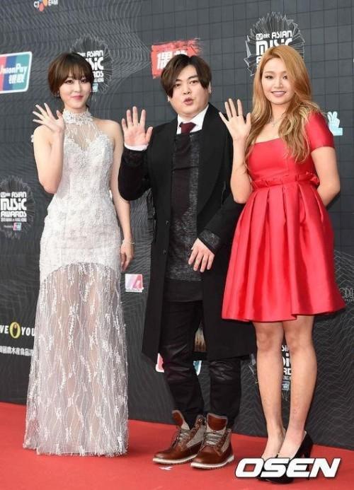 Người đẹp  Shin Ah Young và Ji Hera nbên ổi bật   - 3 nghệ sỹ xuất hiện đầu tiên tại thảm đỏ MAMA sẽ giữ vai trò MC chính cho lễ trao giải